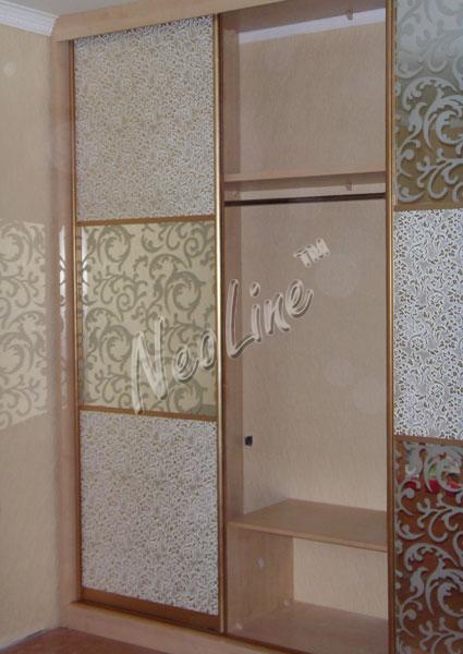 Шкаф-купе с дверями из кожи и стекла.  Внутреннее наполнение 2.